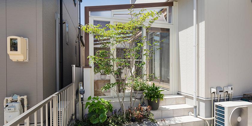 隣地との境界の小さな空間を ガーデンルームとして有効活用。