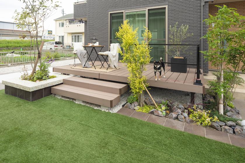 お庭の大きなウッドデッキがガーデニングの楽しさを倍増