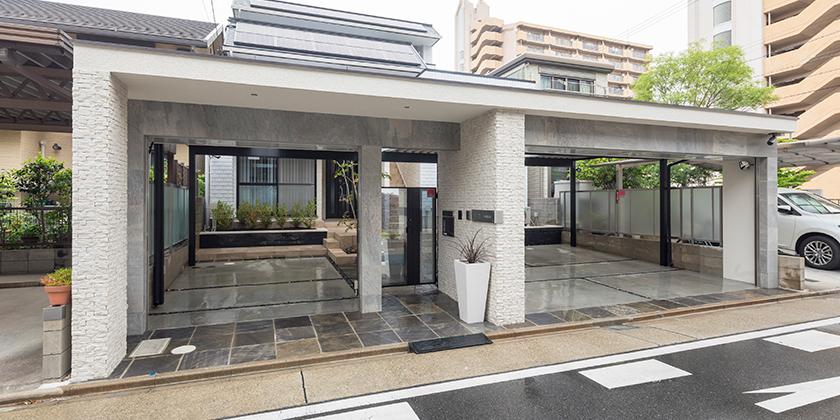 住宅前面の幅広間口の青空駐車場が、 クローズド駐車場つきの大型ゲートに。